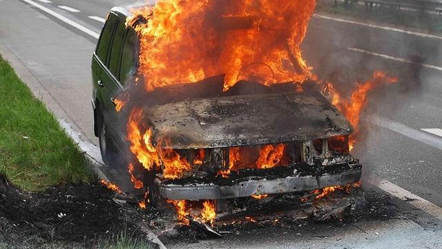 Brennendes Auto auf der Autobahn.