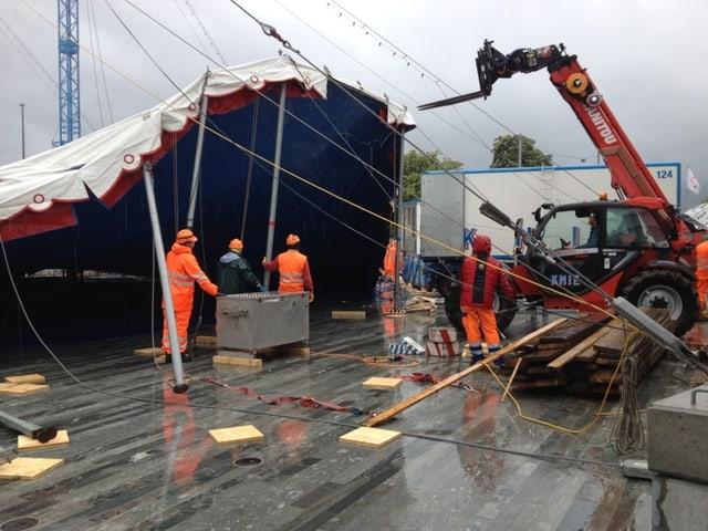 Die Arbeiten fanden im strömenden Regen statt.