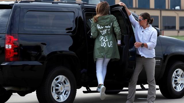 Melanie Trump steigt in dem Wagen, auf der Rückseite ihrer Jacke erkennt man die Aufschrift «Really don't care. Do u?».