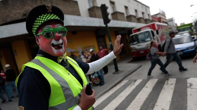Ein Polizist mit einer gelben Weste in Mexiko-Stadt.