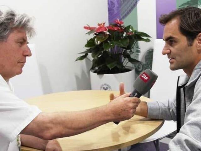 Bernhard Schär interviewt Roger Federer.