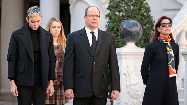 Charlène, Albert und Caroline sind schwarz gekleidet und gedenken der Opfer von Paris.