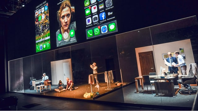 Bühne Schauspielhaus Zürich mit projezierten Smarphone Bildschirmen