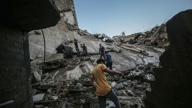Palästinenser auf den Trümmern eines Hauses in Gaza-Stadt, das von einem israelischen Luftangriff zerstört wurde (19. Mai)