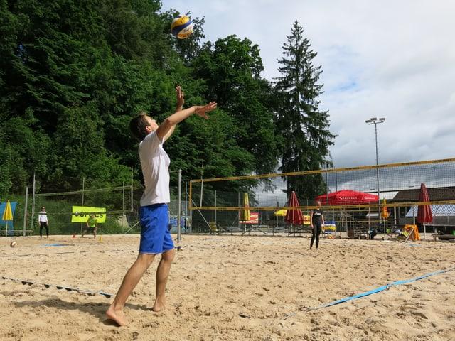 Ein Volleyballspieler schlägt auf.