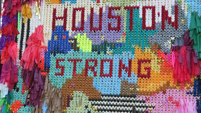 Ein Knüpfwerk aus Plastik-Streifen: Houston strong.