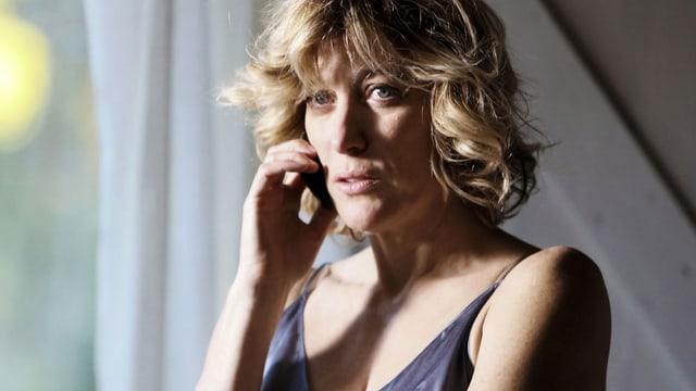 Valeria Bruni Tedeschi, im Nachthemd, telefonierend.