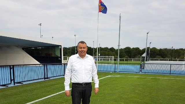 Benno Kaiser vor einer FC Basel-Fahne auf dem Campus