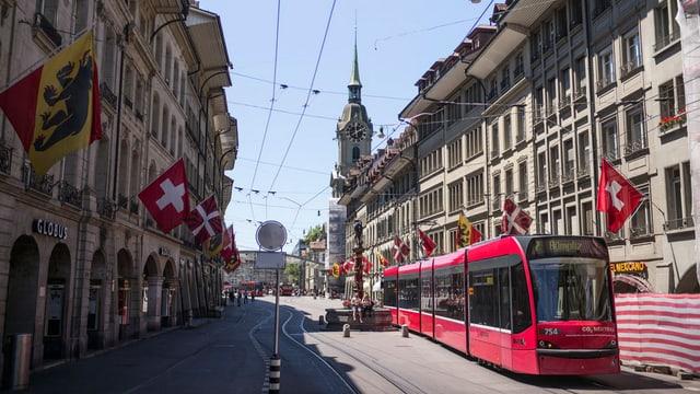 Ein Tram haltet in der Berner Innenstadt.