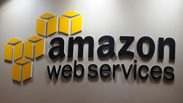 Das Logo von Amazon Web Services - schwarze Schrift, rechts fünf gelbe Würfel.