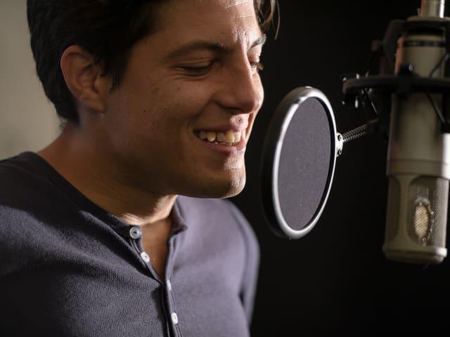 Sauter singt auch selber für seine Soundtracks.
