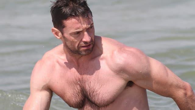 Hugh Jackman in Badehose in den Fluten