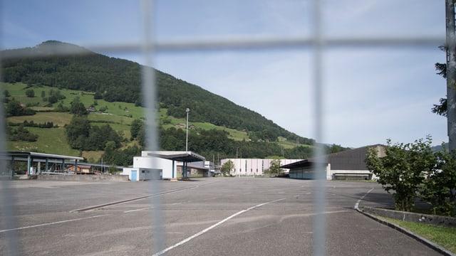 Grosser Platz mit Gewerbeliegenschaften im Hintergrund.
