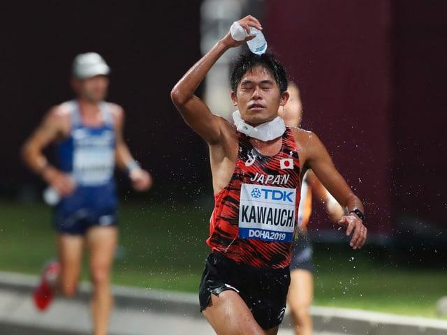 Marathonläufer Yuki Kawauchi versuchte sich an der WM abzukühlen.