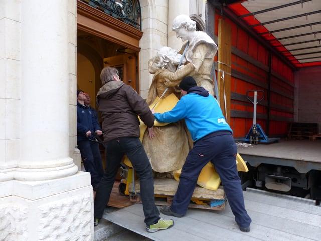 Die 800 Kilogramm schwere Skulptur «Melchi-Gruppe» wird ins Gerichtsgebäude in Sarnen transportiert.