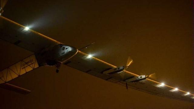 Solar Impulse 2 beim Abheben vor dem Nachthimmel.