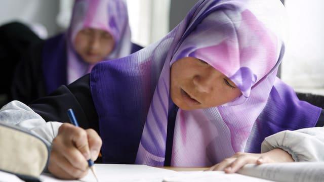 Muslimisches Mädchen in der Schule