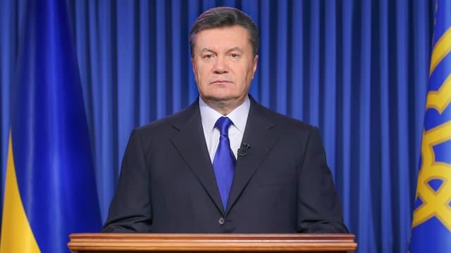 Janukowitsch steht am Rednerpult.