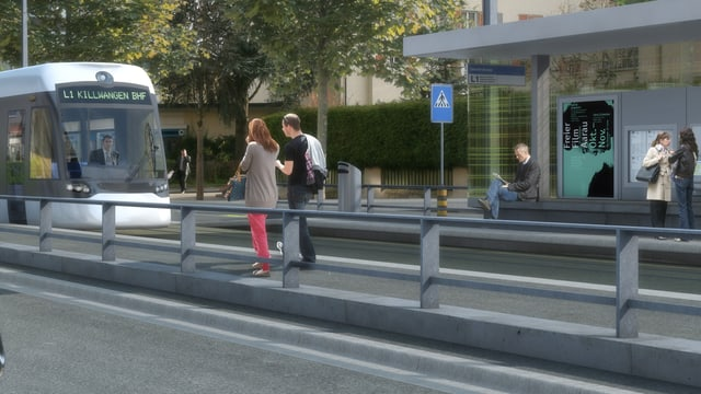 Tram fährt von links nach rechts in Bild, im Vordergrund eine Barriere.