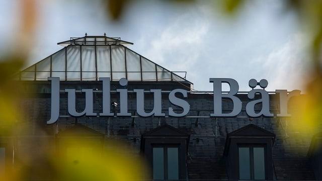 Schriftzug der «Julius Bär» auf einem Hausdach