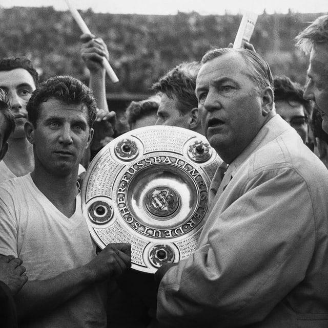 Hans Schäfer, Weltmeister 1954 und Köln-Legende, bekommt 1964 die Meisterschale ausgehändigt.