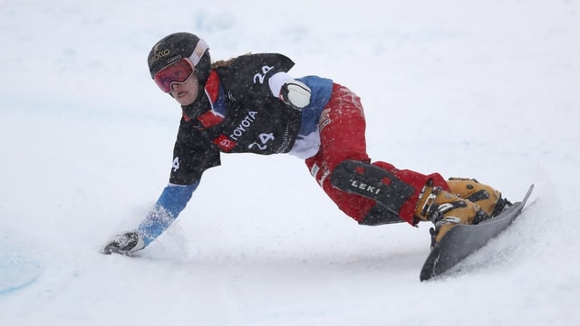 Purtret da Nicole Baumgartner durant ina cursa da slalom parallel.