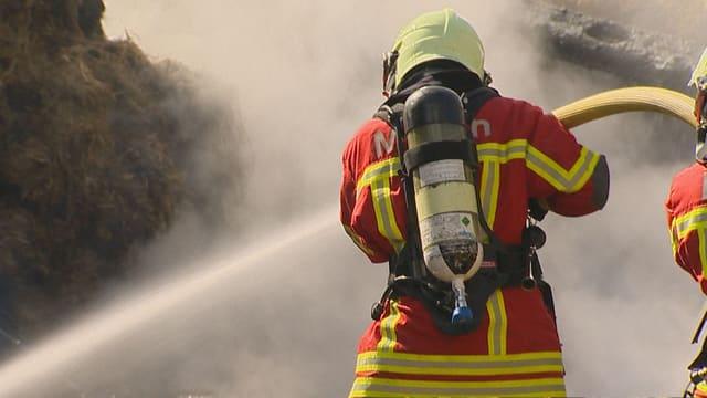Feuerwehrmann beim Löschen eines Brandes.