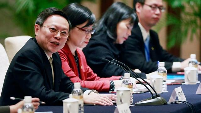Wang Yu-chi am Konferenztisch.