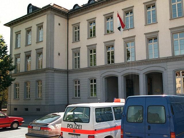 Gebäude von aussen, davor steht ein Polizeiauto.