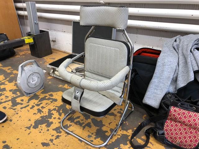 Alter Kindersitz steht am Boden.