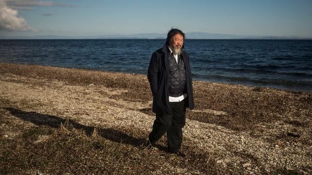 Ai Weiwei läuft entlang der Küste auf der griechischen Insel Lesbos.