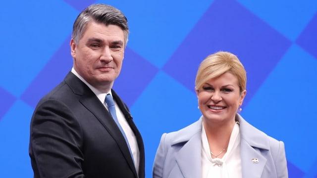 Zoran Milanovic und Kolinda Grabar-Kitarovic geben sich nach einem TV-Duell die Hand.