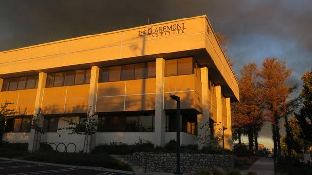 Claremont Institute von aussen, dunkle Wolken, Abendsonne.
