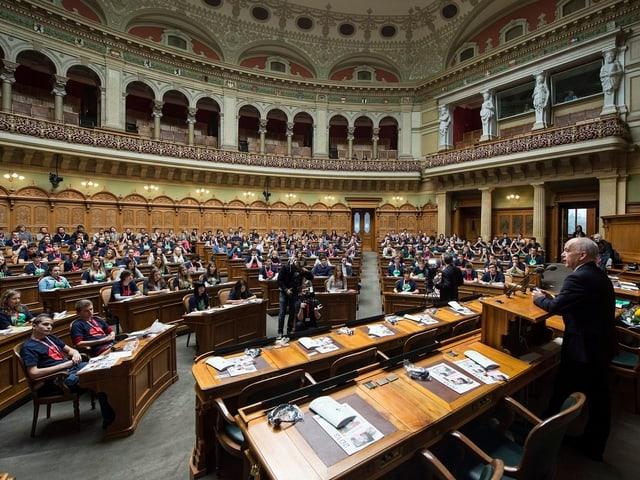 Bundespräsident Ueli Maurer spricht im Nationalratsaal vor 200 Jugendlichen.