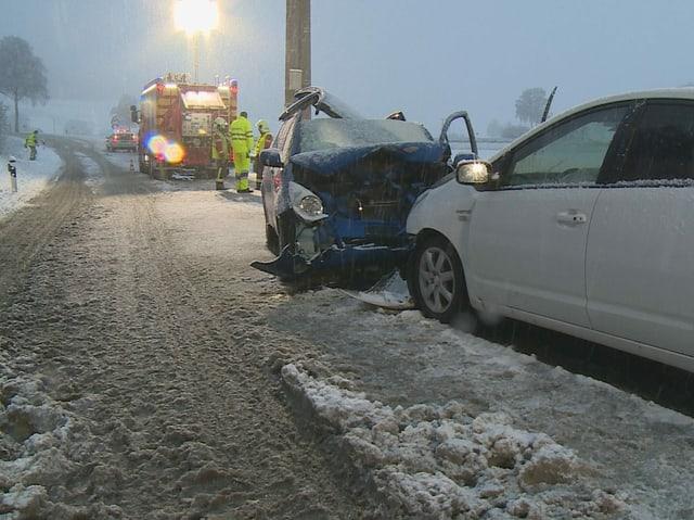 Frontalkollision zweier Autos im Schnee.