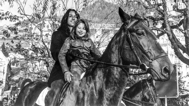 Joan Baez auf einem Ross, vor ihr ein Mädchen, in Montreux