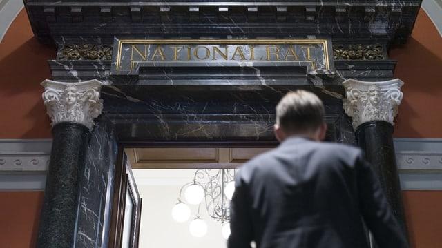 Symbolbild: Eine Person betritt den Nationalratssaal.