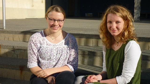Flurina Albin (senester) e Stina Hendry avant la scola a Vella.