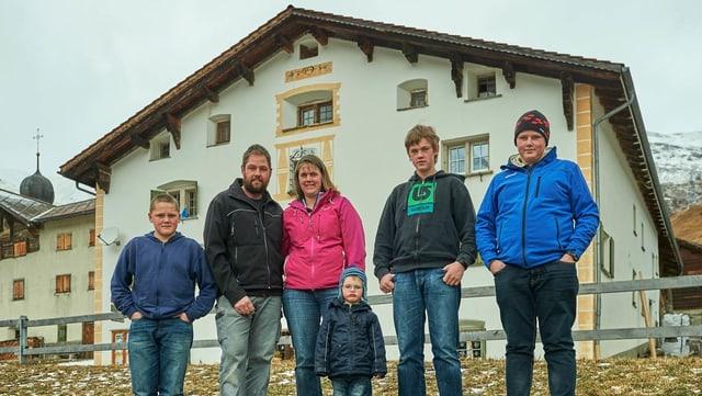 """La famiglia Baschung avant lur chasa cun il num """"Schloss"""" a Nufenen."""