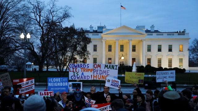 Vor dem Amtssitz der US-amerikanischen Präsidenten Donald Trump, dem Weissen Haus, protestierten bereits vergangenen März Bürgerinnen und Bürger gegen Einreisesperren.