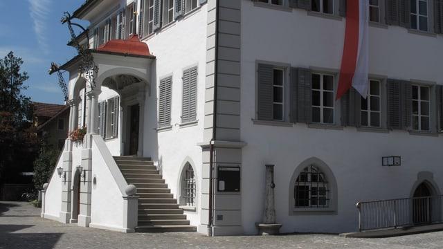 Der Eingang ins Regierungsgebäude.