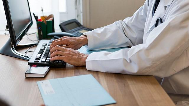 In medi scriva insatge en in PC - sin maisa è ina acta dad in pazient.