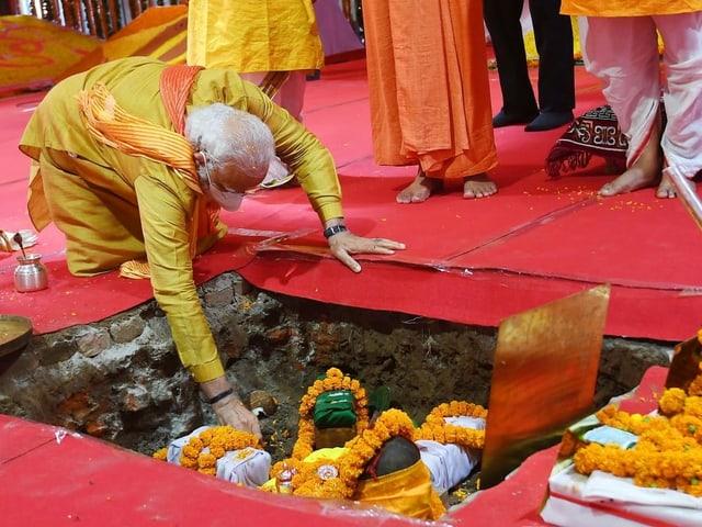 Der indische Premierminister Narendra Modi legt das Fundament für den Rama-Tempel.
