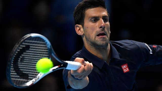 Novak Djokovic na lascha nagina schanza a David Goffin.