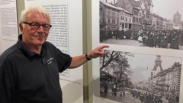 Kurator Ernst Willi vor einer alten Fotografie.