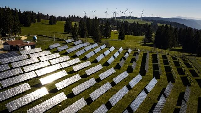 Windräder und Solarmodule in Saint-Imier BE