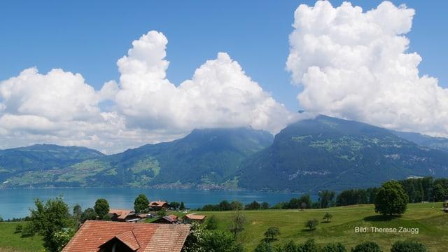 Quellwolken über Bergen