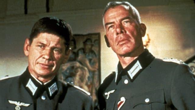 Zwei Männer in Uniform.