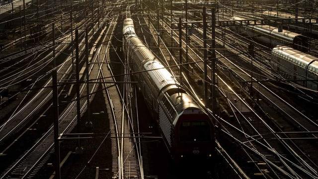 Schienen und ein Zug von oben.