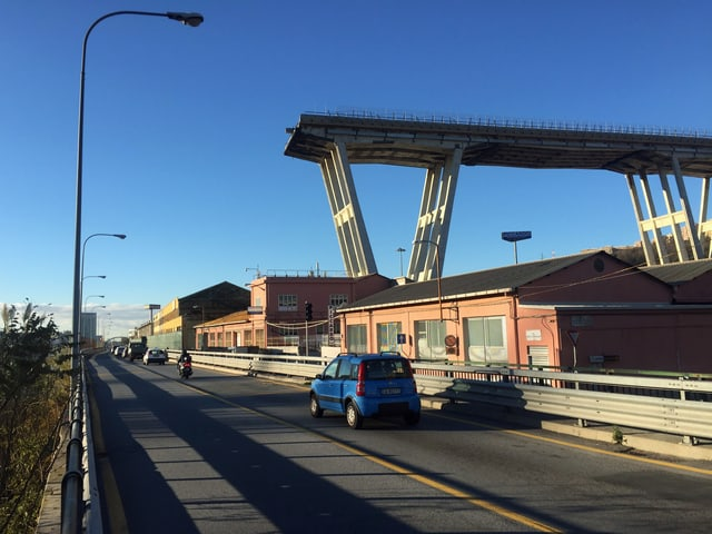 Brückenpfeiler im Hintergrund